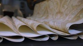 O processo de produ??o tecnologico de papel de parede, produ??o do papel de parede Interior industrial video estoque