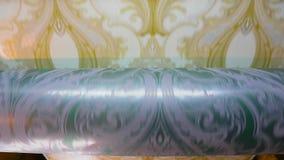 O processo de produzir o papel de parede Imprensa impressa na fábrica do papel de parede, vídeos de arquivo