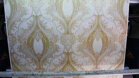 O processo de produzir o papel de parede Imprensa impressa na f?brica do papel de parede, filme