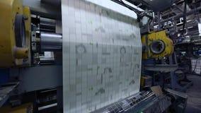 O processo de produzir o papel de parede, impress?o no papel de parede, transporte na f?brica para a produ??o de papel de parede filme