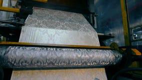 O processo de produzir o papel de parede, o processo de produ??o na f?brica do papel de parede Pe?a da m?quina para imprimir vídeos de arquivo
