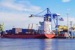 O processo de recipientes da carga em um navio de recipiente do navio de carga Porto de St Petersburg foto de stock royalty free