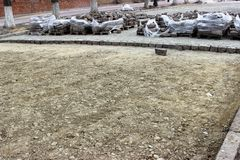 O processo de substituir as pedras de pavimentação bicentenárias velhas com as telhas modernas imagens de stock royalty free