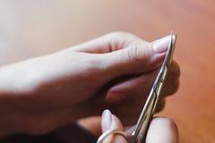 O processo de tesouras do clippingl do prego Conceito do cuidado da mão imagem de stock