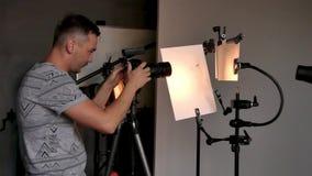 O processo de tiro da foto no estúdio video estoque