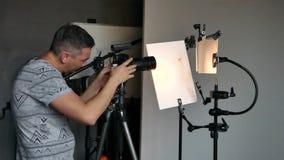 O processo de tiro da foto no estúdio vídeos de arquivo