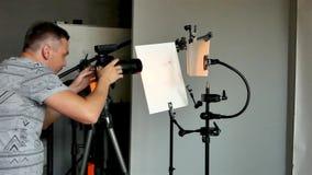 O processo de tiro da foto no estúdio filme