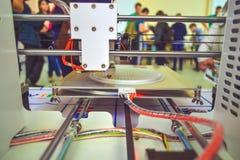 O processo de trabalhar a impressora 3D e de criar um objeto tridimensional Imagens de Stock Royalty Free