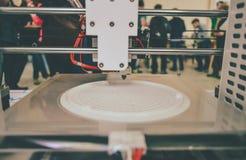 O processo de trabalhar a impressora 3D e de criar um objeto tridimensional Imagem de Stock