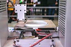 O processo de trabalhar a impressora 3D e de criar um objeto tridimensional Fotografia de Stock Royalty Free