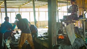 O processo de trabalho em uma forja tradicional Fotografia de Stock