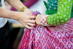 O processo de vestir a pantomima tailandesa para os atores com mão que costuram, reparando fotos de stock royalty free