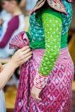 O processo de vestir a pantomima tailandesa para os atores com mão que costuram, reparando imagem de stock