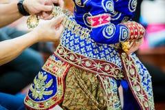 O processo de vestir a pantomima tailandesa para os atores com mão que costuram, reparando imagem de stock royalty free