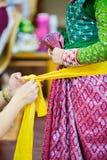 O processo de vestir a pantomima tailandesa para os atores com mão que costuram, reparando foto de stock royalty free