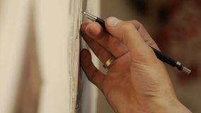 O processo do desenho: um close-up do lápis e do papel da mão video estoque