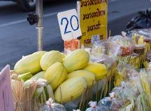 O produto da manga com muitos frutifica pela rua Foto de Stock Royalty Free