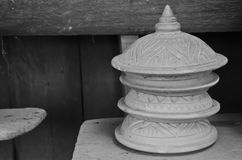 O produto de cerâmica velho foi deixado na sala escura fazer o sentido à solidão e ao isolamento Fotos de Stock
