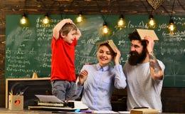 O professor cria o sentido de comunidade e a pertença na sala de aula, na educação e no conceito da instrução - professores altos fotos de stock royalty free