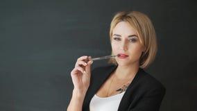 O professor da mulher de negócio com vidros e um terno Põe sobre e ajuste os vidros antes da classe vídeos de arquivo