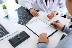 O professor Doctor recomenda o método de tratamento com paciente e guardar o filme de raio X ao discutir explicando sintomas ou c fotografia de stock