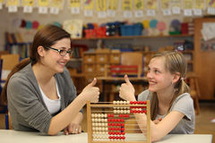 O professor e os estudantes mostram os polegares acima Foto de Stock Royalty Free