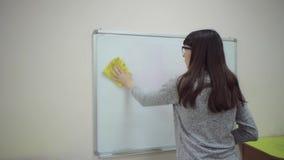 O professor est? no whiteboard e explica regras de adi??o na escola prim?ria vídeos de arquivo