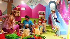 O professor joga com grupo de crianças, jardim de infância, acampamento do fim de semana, experiência e jogo, os métodos os mais  filme