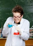 O professor louco derrama o líquido azul Imagens de Stock