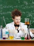 O professor louco fricciona seus vidros Fotografia de Stock Royalty Free