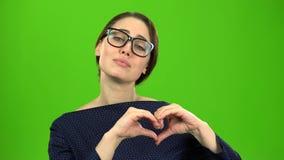 O professor mostra uma figura na forma do coração Tela verde filme