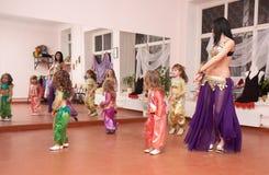 O professor oriental da dança ensina crianças Fotografia de Stock Royalty Free