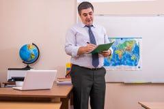 O professor verifica a presença de estudantes na lição fotos de stock royalty free