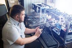 O programador configura o computador para a mineração do bitcoin imagens de stock royalty free