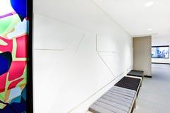 O projeto criativo da arte da parede sobre o coxim benches Fotografia de Stock