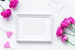 O projeto da mola com flor da peônia e o fundo branco do quadro cobrem v Foto de Stock