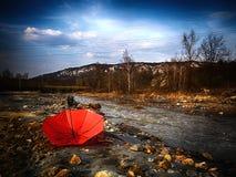 O projeto de guarda-chuva vermelho, dá ao mundo alguma cor Imagens de Stock