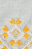 O projeto do bordado pelo algodão amarelo e branco rosqueia no linho Fundo com bordado Imagens de Stock