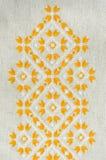 O projeto do bordado pelo algodão amarelo e branco rosqueia no linho Fundo com bordado Fotos de Stock