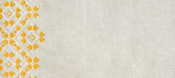 O projeto do bordado pelo algodão amarelo e branco rosqueia no linho Fundo com bordado para a bandeira Imagens de Stock
