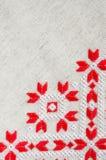 O projeto do bordado pelo algodão vermelho e branco rosqueia no linho Fundo do Natal com bordado Fotografia de Stock Royalty Free