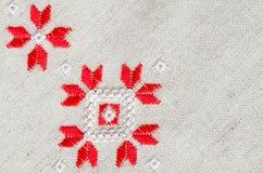 O projeto do bordado pelo algodão vermelho e branco rosqueia no linho Fundo do Natal com bordado Imagens de Stock