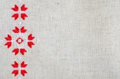 O projeto do bordado pelo algodão vermelho e branco rosqueia no linho Fundo do Natal com bordado Imagem de Stock