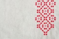 O projeto do bordado pelo algodão vermelho e branco rosqueia no linho Fundo do Natal com bordado Fotos de Stock Royalty Free