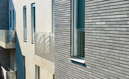 O projeto do prédio de apartamentos moderno com uma fachada Fotos de Stock Royalty Free