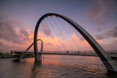 O projeto moderno arqueou pontes no porto de Elizabeth Quay em Perth foto de stock