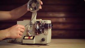 O projetor de filme funciona e as extremidades do filme lá filme