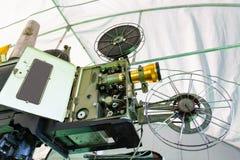 O projetor de filme giratório análogo velho do filme no teatro de filmes exterior do cinema imagem de stock royalty free