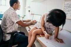 O proprietário da empresa com sua filha imagem de stock royalty free
