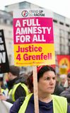 O protestador com o cartaz na Grâ Bretanha quebra-se/eleição geral demonstratio agora em Londres fotos de stock royalty free